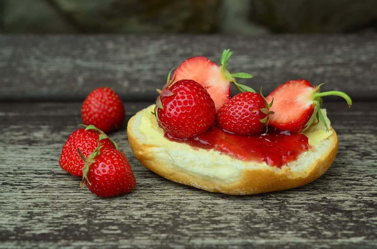 Leckere Erdbeermarmelade auf einem Brötchen