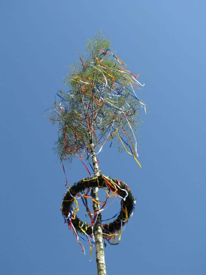 Ein geschmückter Maibaum