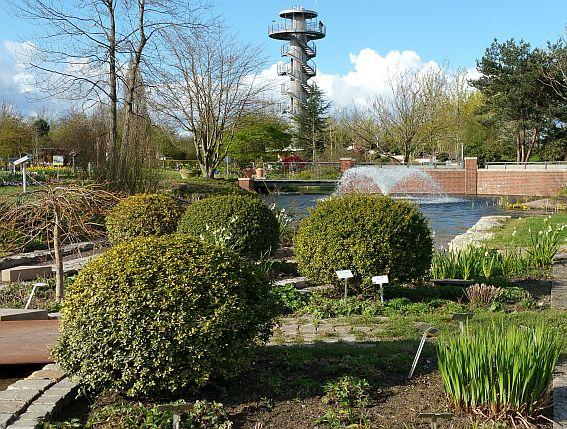 Blick auf den Aussichtsturm im Park der Gärten