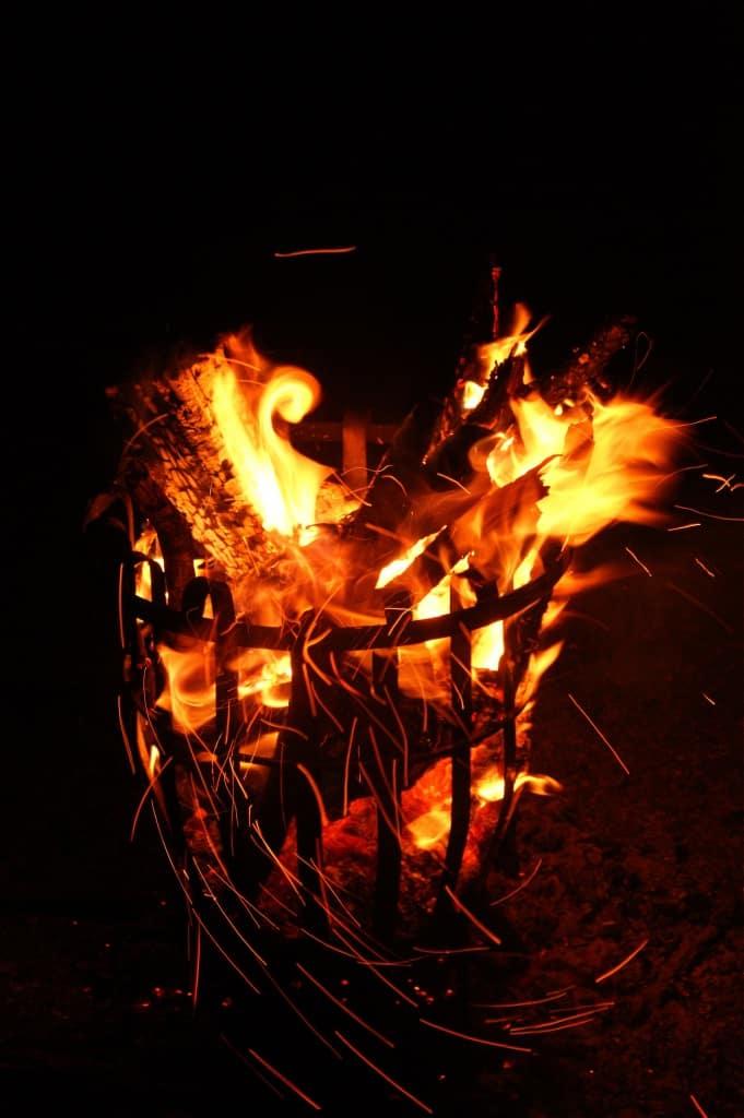 Lodernde Flammen im Feuerkorb
