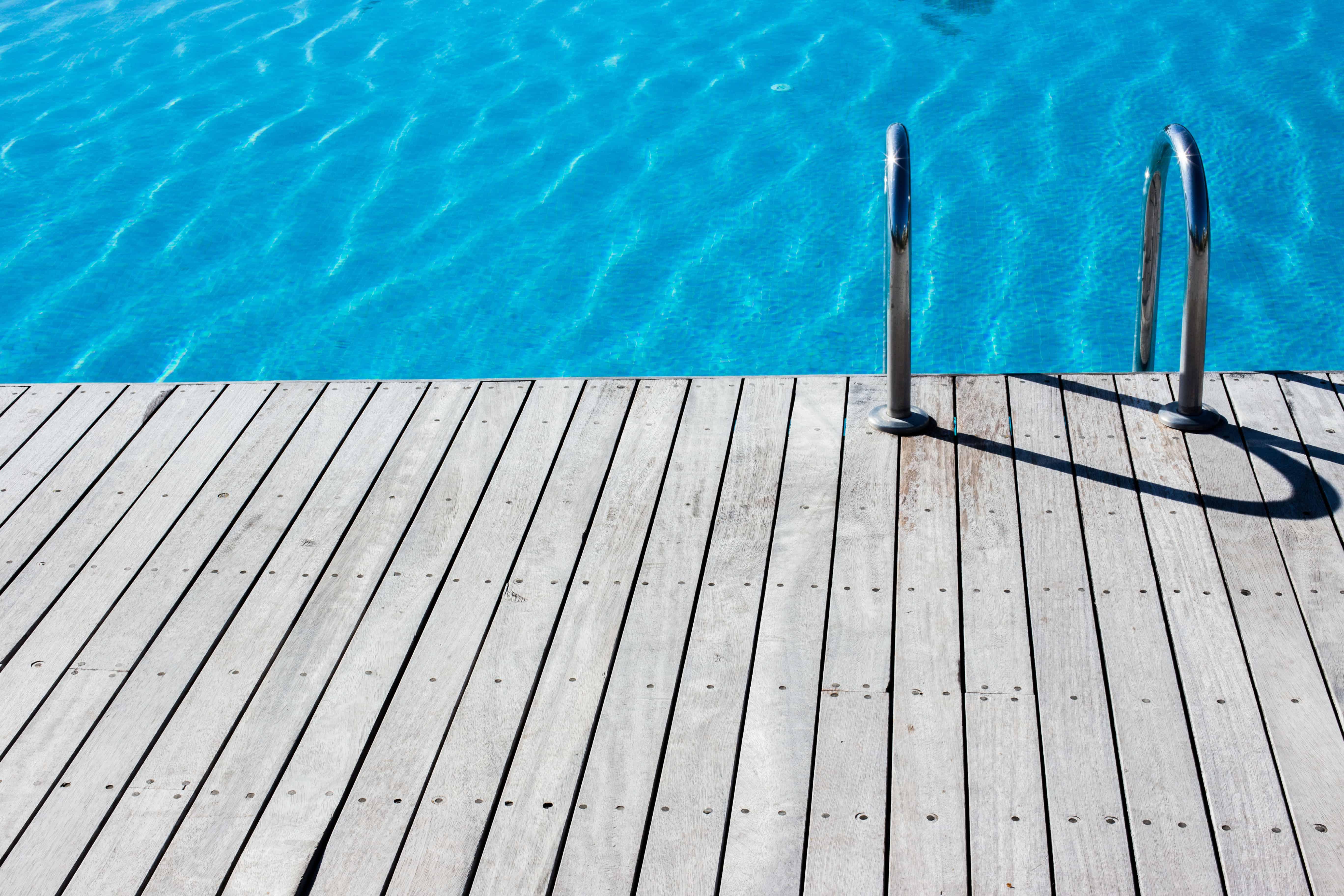 Leiter in einen blauen Pool
