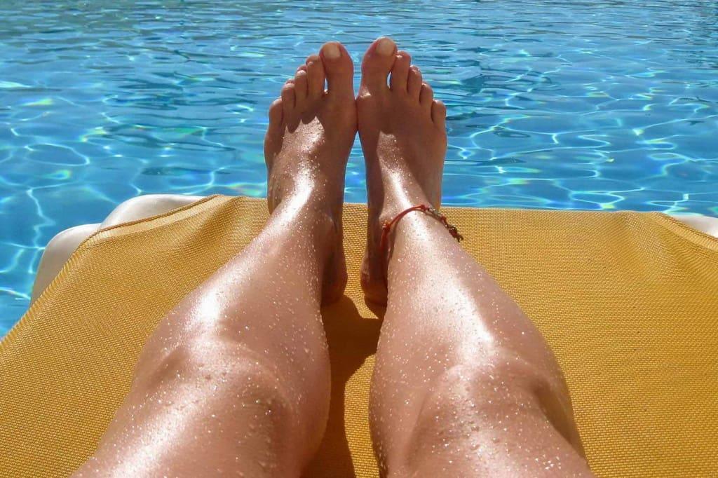 Ein paar braune Beine in der Sonne