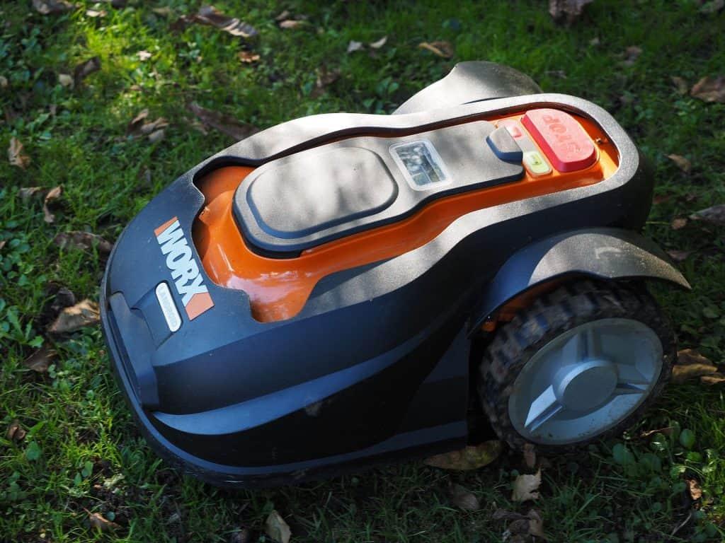 Ein Rasenmähroboter