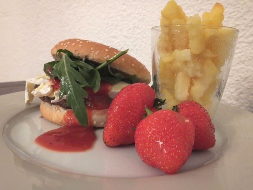 Ein Burger mit Rucola, Brie und einer aparten Erdbeer-Tomaten-Sauce