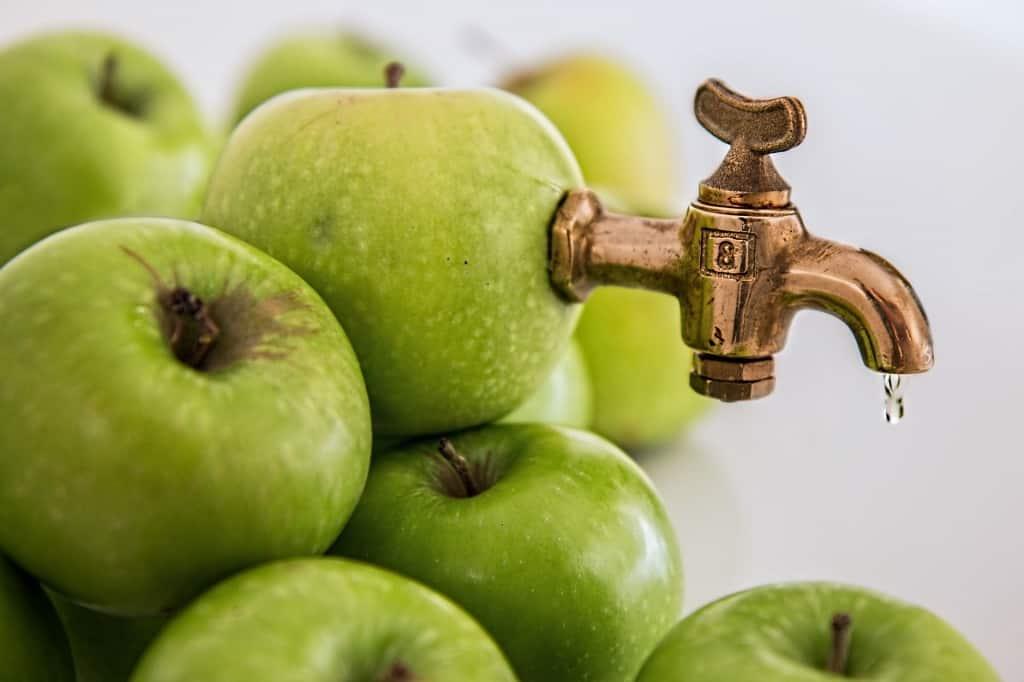 Äpfel mit Wasserhahn