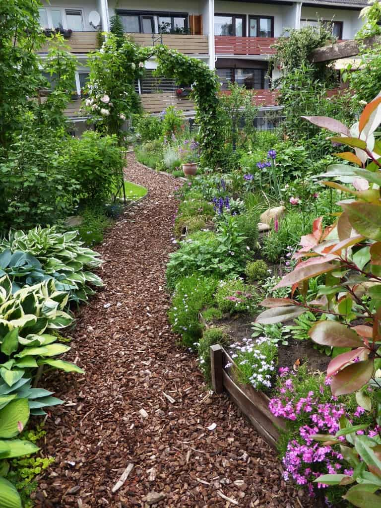 Blick in einen kleinen Garten