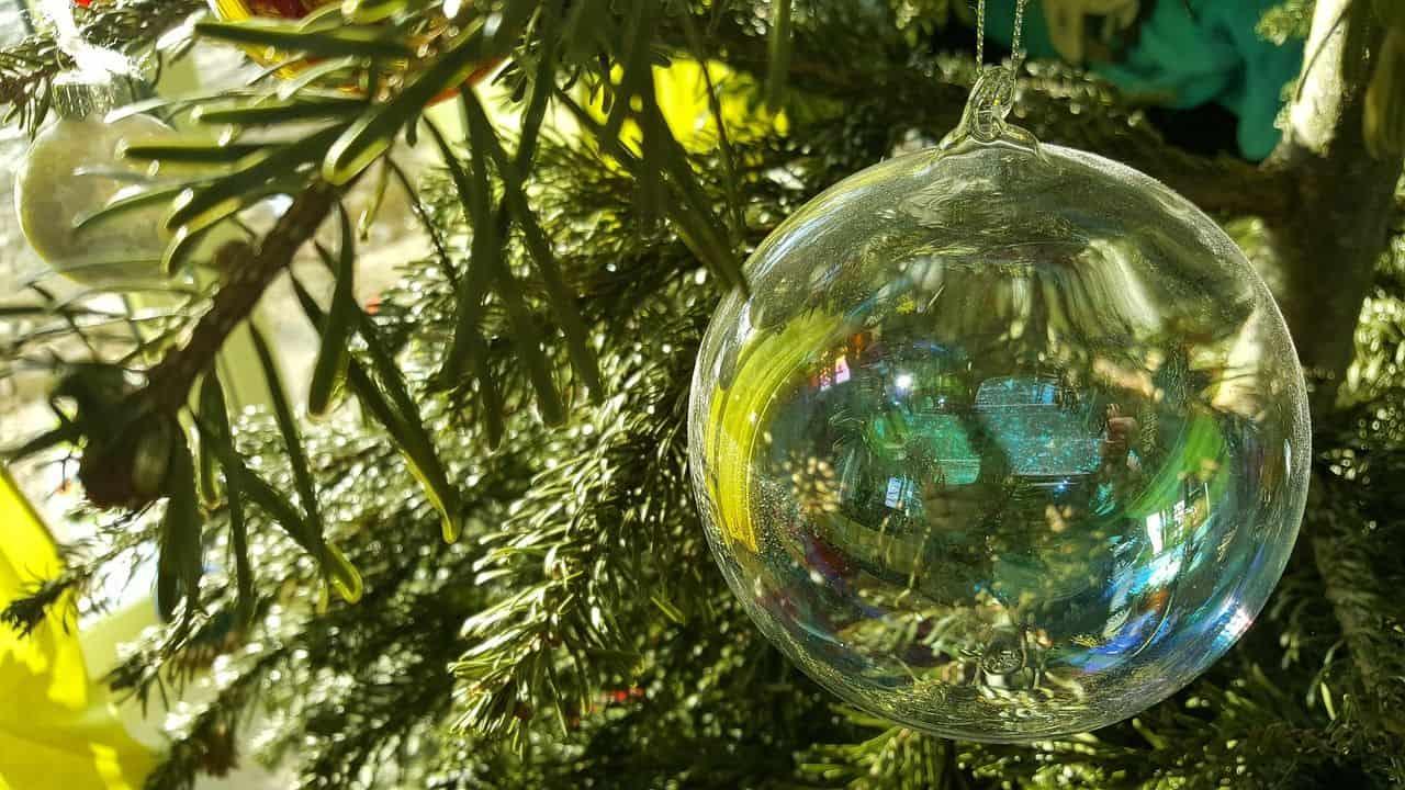 Weihnachtsbaum mit Kugelschmuck