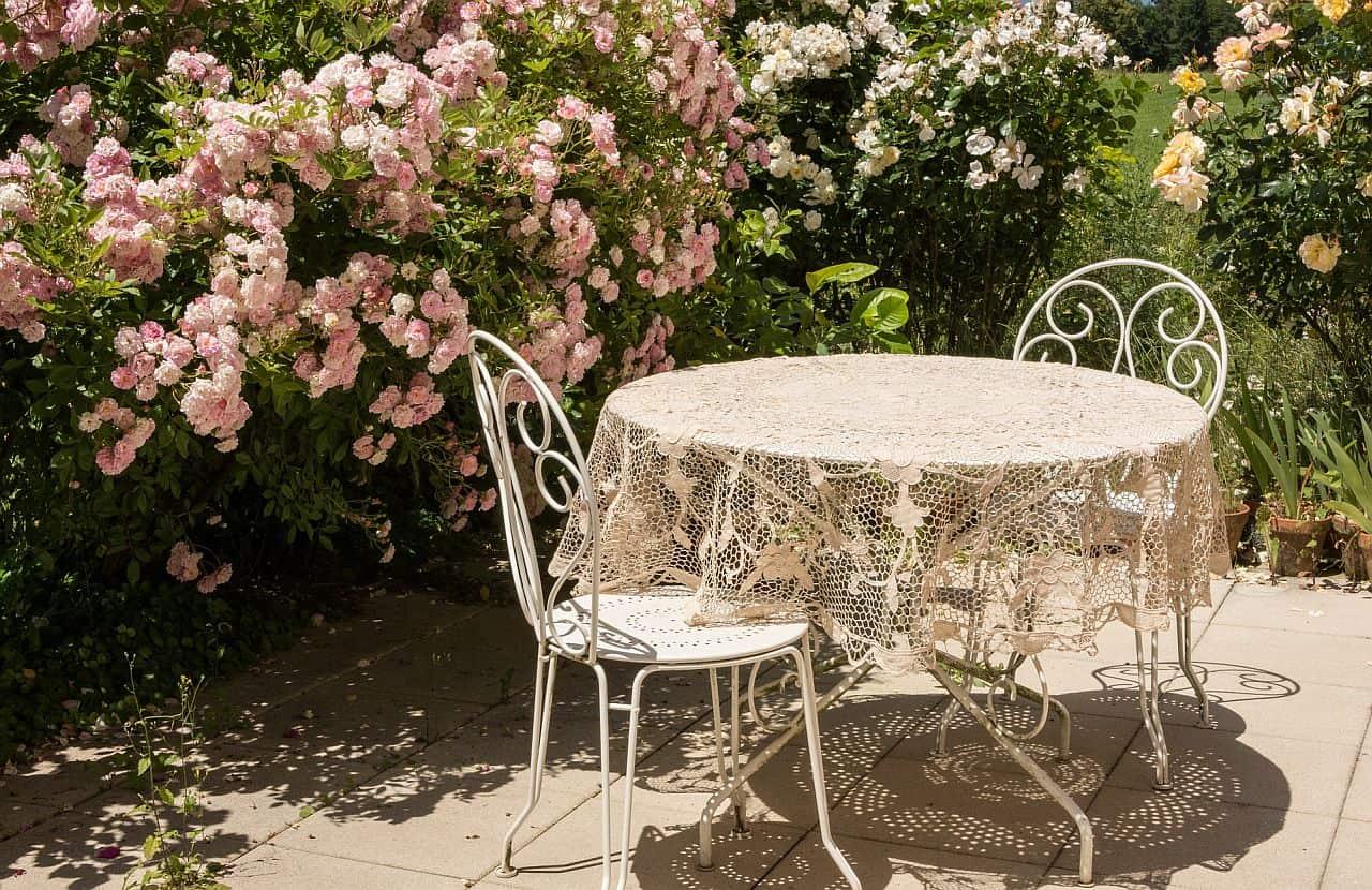 Eine hübsche Terrasse mit Rosenbewuchs