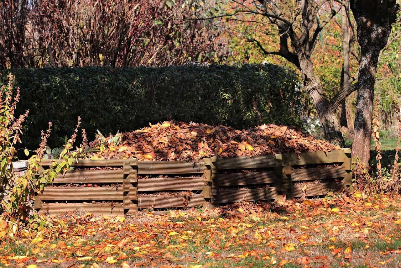 Eine Kompostanlage im Herbst