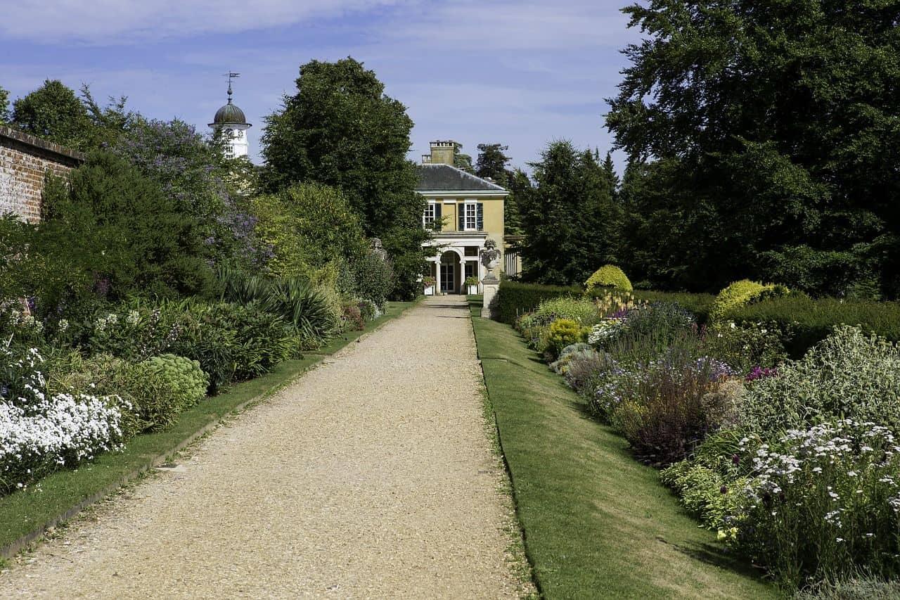 Ein Kiesweg im Garten