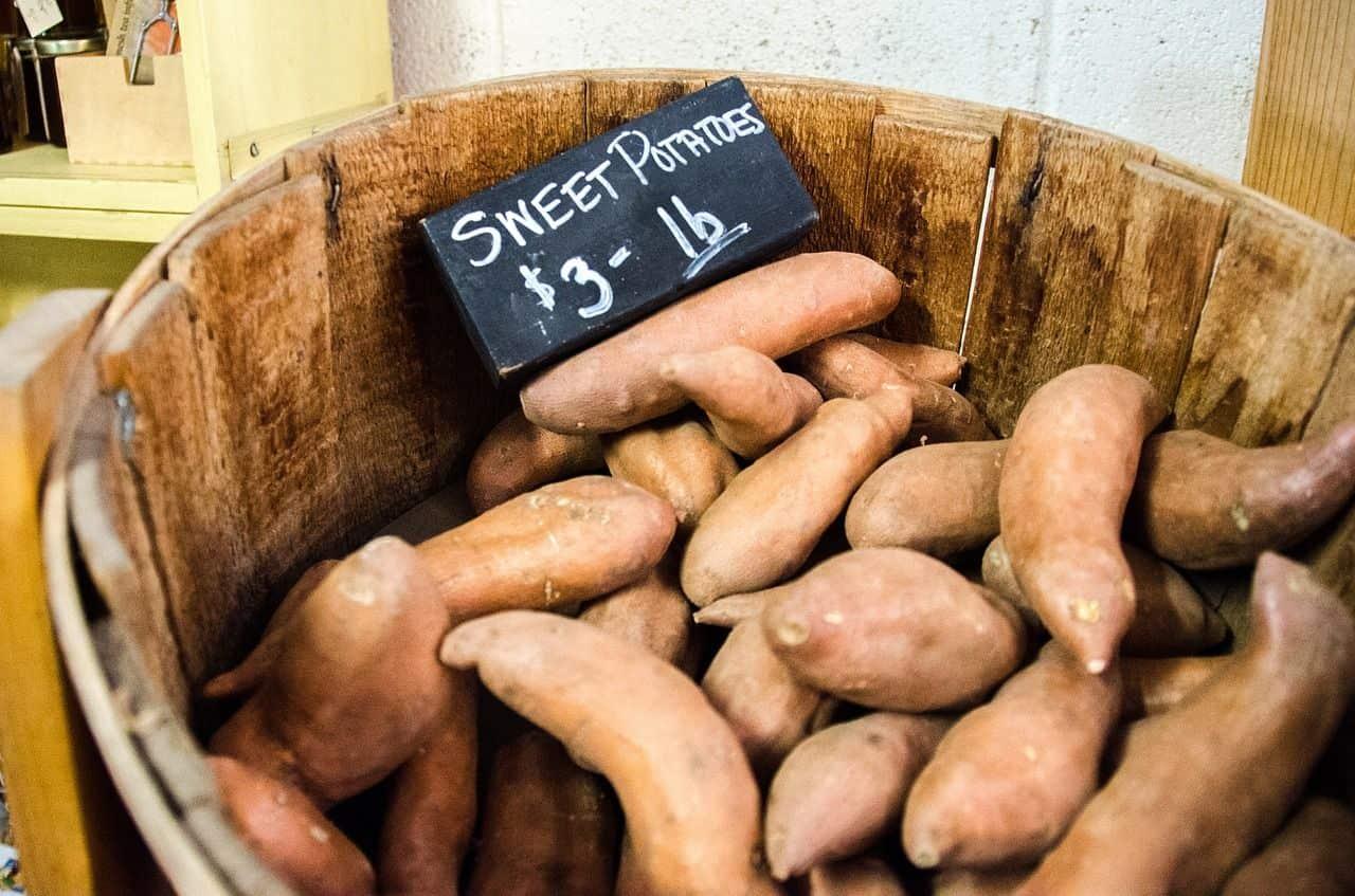 Süßkartoffeln im Korb