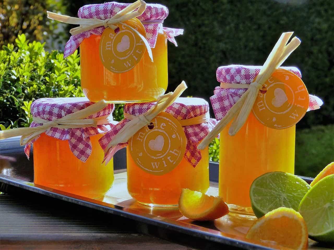 Orangenmarmelade in Gläsern