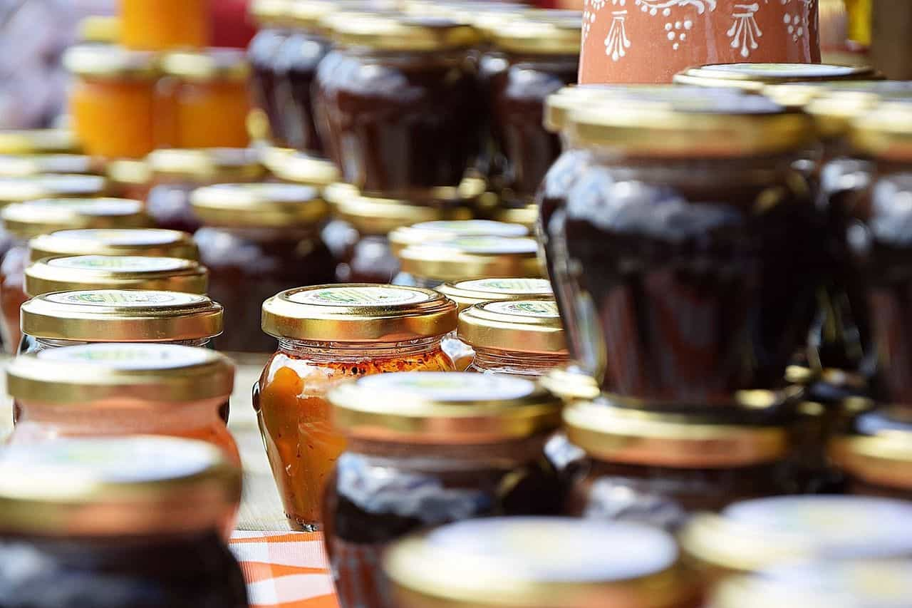 Verschiedene Marmeladen im Glas