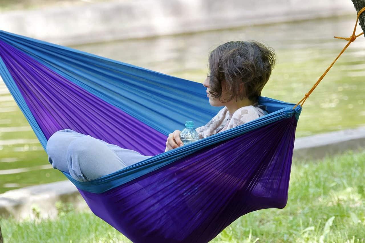 Eine Frau sitzt in einer blauen Hängematte