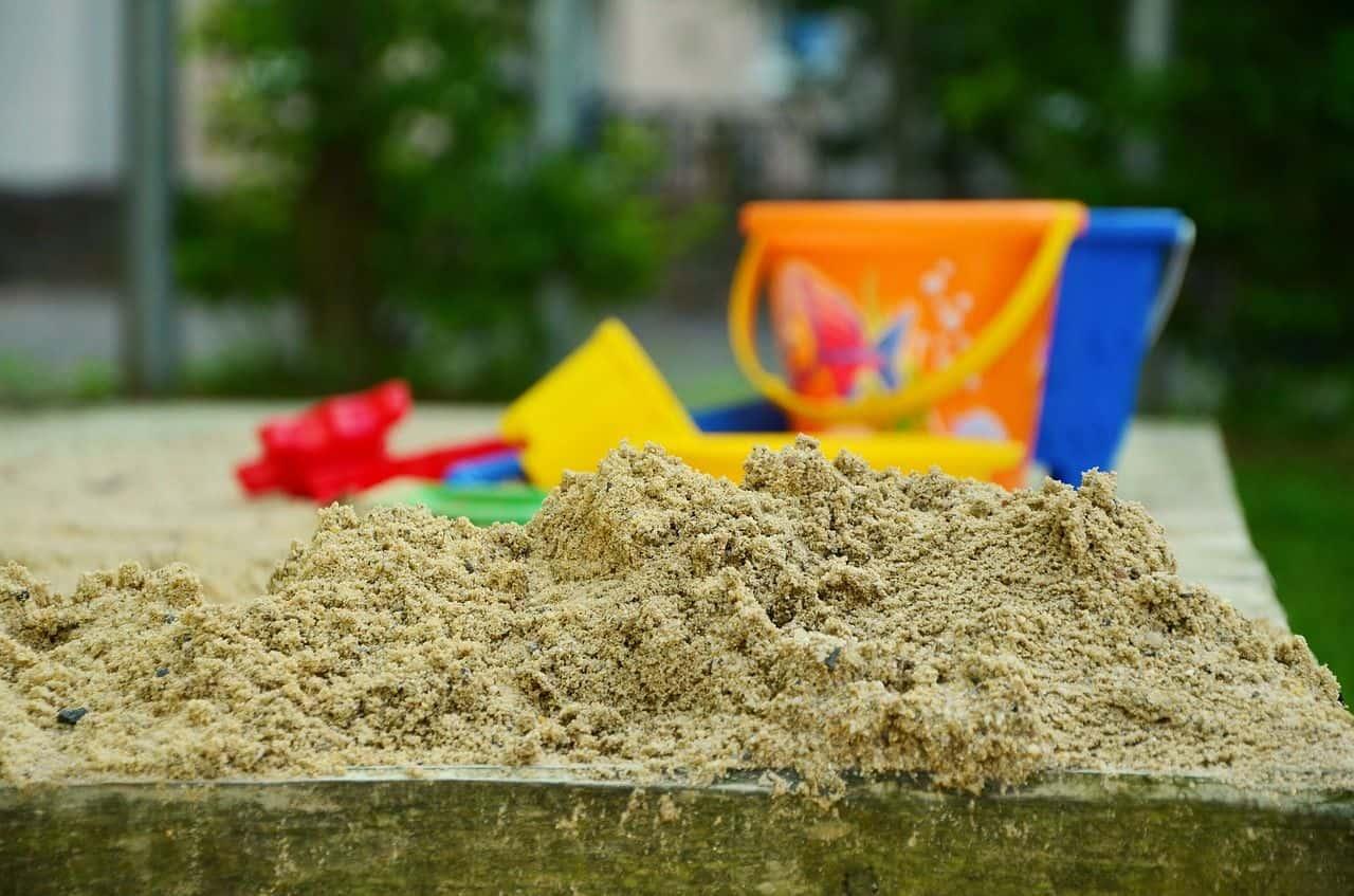 Ein Sandkasten mit Spielzeug