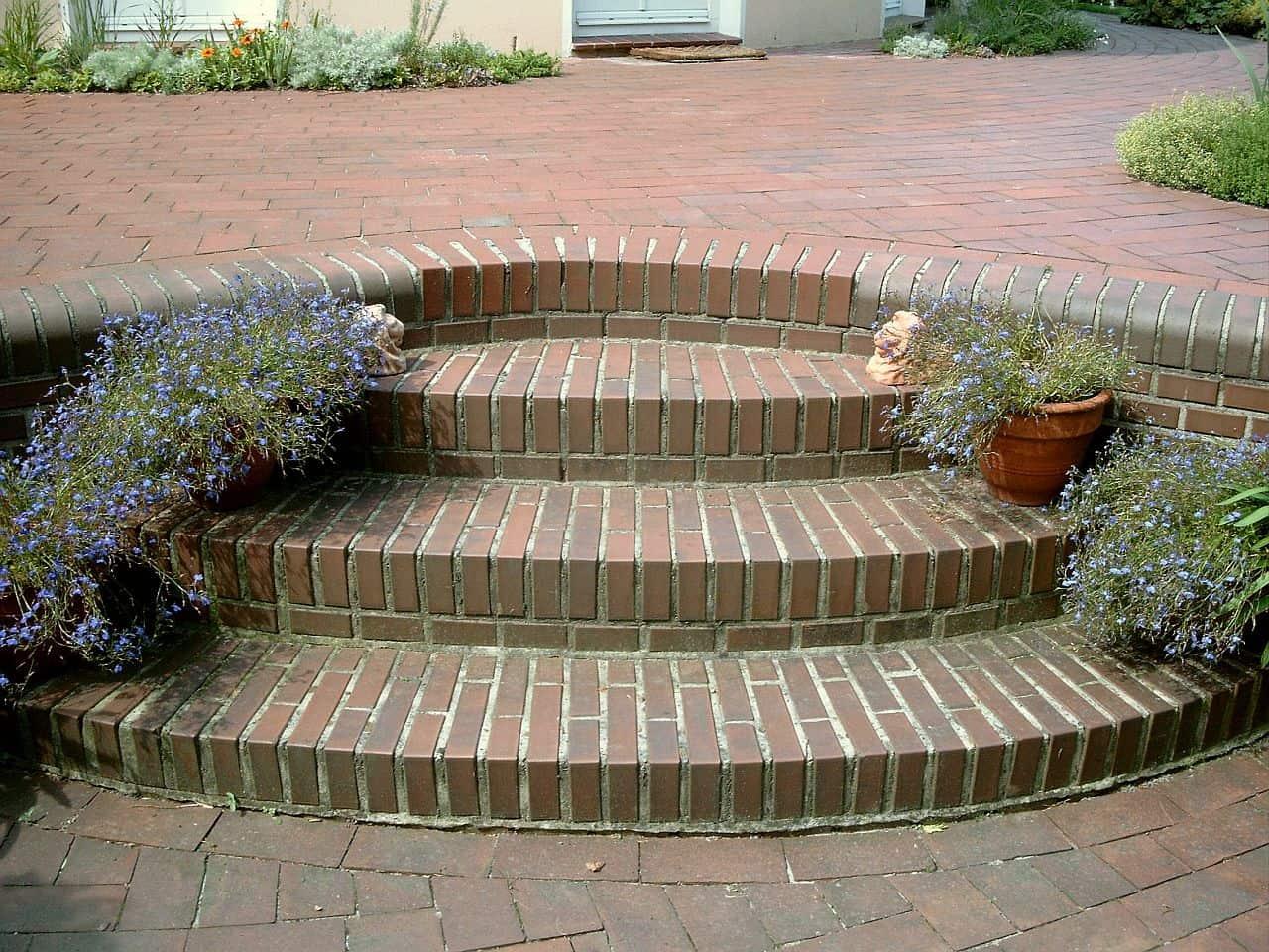 Kurze Treppe im Garten