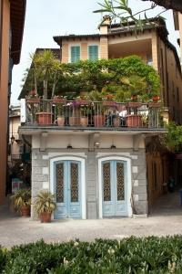 Die richtigen Blumen für sonnige Terrassen und Balkone