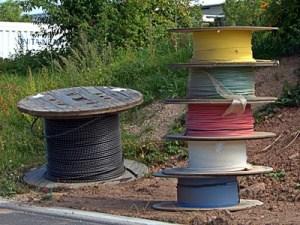 Wie verlegt man am besten ein Erdkabel im Garten?